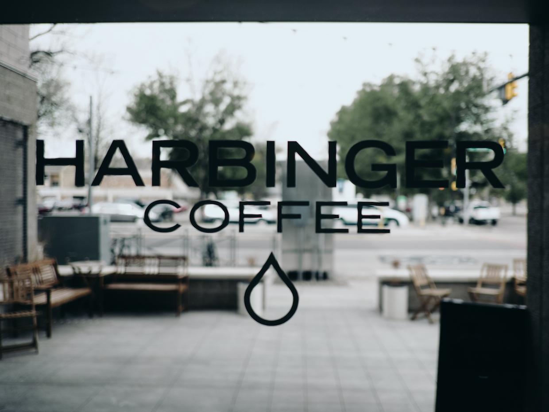 Harbinger Coffee Fort Collins&quot; width = &quot;1240&quot; height = &quot;930&quot; /&gt; </p> <p> Avec l&#39;aide de Rob Gardner, un Un client régulier qui se trouve également être un ingénieur logiciel et un rôti familier avide qui a contribué au développement du logiciel de journalisation artisanale, Jarrow a l&#39;intention d&#39;exécuter un programme artisanal personnalisé sur un ordinateur portable dédié attaché au San Franciscan d&#39;Harbinger pour collecter des données de son Rôtis et les appliquer à son métier. </p> <p> Dit Jarrow: «Nous utilisons essentiellement les quantités massives de science que l&#39;industrie du café a produites au cours des cinq à dix dernières années pour apporter de beaux cafés crus et les transformer en boissons douces, équilibrées et délicieuses.» </p> <p> Alors que Jarrow peut prévoir un moment où d&#39;autres magasins de détail pourraient être considérés, la préoccupation immédiate consiste à tout simplement exceller dans la fourniture de produits, de formation et de services de haute qualité à des clients de gros. Le café spécialisé du plus haut ordre, à l&#39;échelle de la région, est l&#39;expérience que Jarrow a l&#39;intention d&#39;une fanfare de Harbinger de prêcher. </p> <div id=