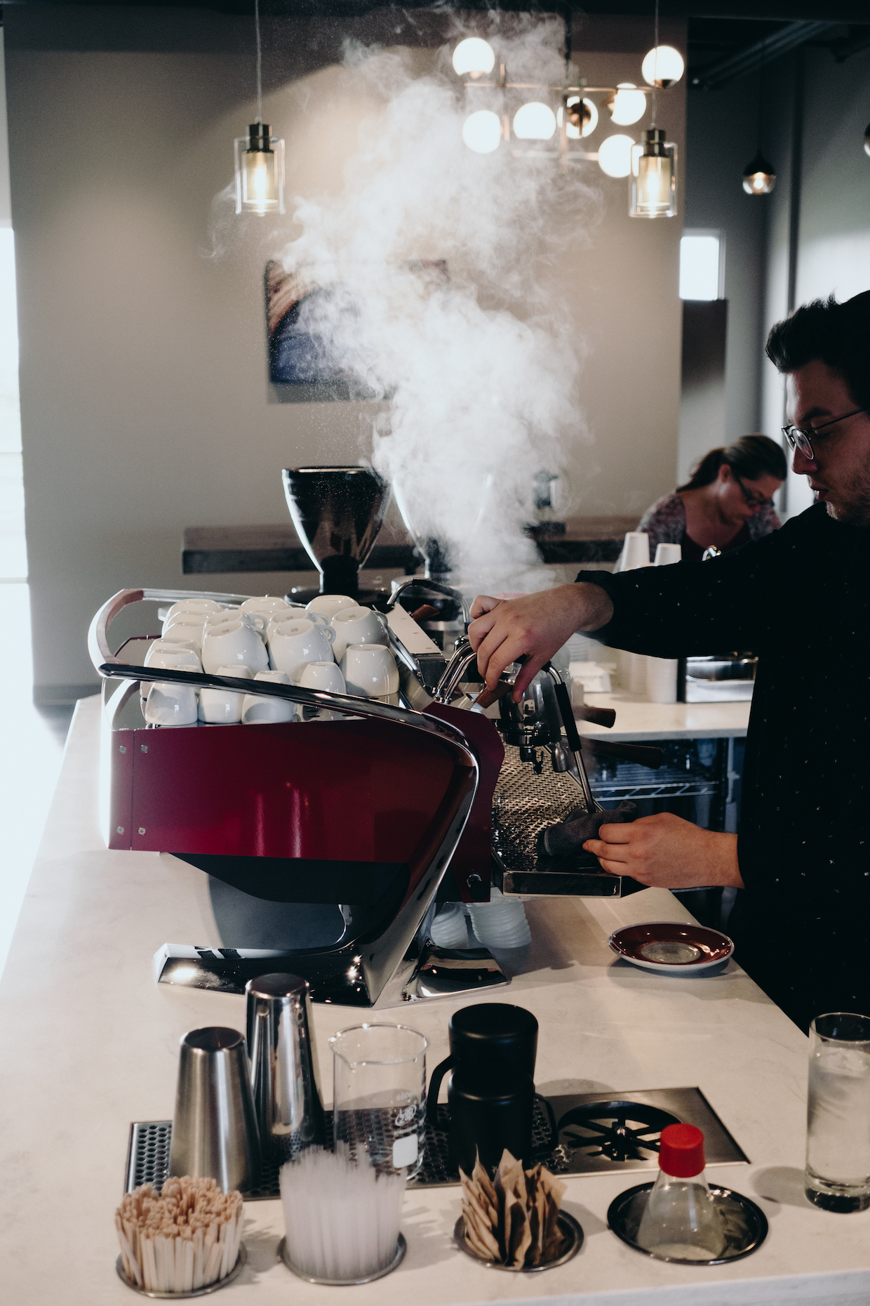 Harbinger Coffee Fort Collins &quot;width =&quot; 1240 &quot;height =&quot; 1860 &quot;/&gt; </p> <p> Au nouveau site Harbinger, 1 650 pieds carrés, le rôtissoire est un point focal par lequel les clients passent sur leur chemin Sur la barre de café où les versions volumétriques avancées de Slayer Steam et d&#39;autres fonctionnalités permettent une efficacité Et une expérience espresso de haute qualité. Le café a été ouvert doucement la semaine dernière et est maintenant en mode totalement ouvert, toujours au service de cafés par des torréfacteurs à pain Sweet Bloom à base de Lakewood et à base de Colo jusqu&#39;à l&#39;installation d&#39;une dernière canalisation autour de San Franciscan. </p> <p> Jarrow a déclaré que, même lorsque le roastery de Harbinger est en pleine fente, la société continuera à offrir des promotions par d&#39;autres torréfacteurs occasionnels ainsi qu&#39;une option cohérente ou deux par Sweet Bloom. </p> <p> &quot;Ils ne vont nulle part&quot;, a déclaré Jarrow. &quot;Les gens de Fort Collins aiment le café Sweet Bloom. Nous voulons que le café soit à ce niveau, mais nous ne prétendons pas que nous avons accès à tous les meilleurs cafés ou que notre café est le seul bon café. &quot;</p> <div id=