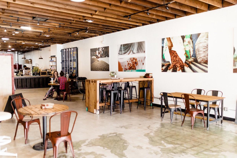 """OB Beans ocean beach """"width ="""" 1240 """"height ="""" 827 """"/> </p> <p> Ces éléments sont visibles pour les clients qui déposent pour le café ou pour la glace de rasage hawaïenne de Wailua Shave Ice, une entreprise séparée partageant l'espace avec des haricots OB. </p> <p> Le propriétaire principal de OB Beans, Mark Bell, exploite l'entreprise, qui a été fondée il y a environ deux ans en tant que société de torréfaction en ligne et en gros, avec trois partenaires: chef de ventes et marketing Ben Nease; Chef rôti et chef de production Ryan Bardelli; Et les relations internationales, Taylor Langstaff. Langstaff et Nease ont été amis depuis le collège, et l'amitié de Bardelli et Nease remonte au lycée. Bell a rencontré les trois personnes tout en travaillant à but non lucratif avec des organisations telles que Ride for Water, qui travaille à fournir de l'eau potable aux régions des pays en développement qui n'ont pas accès et à l'organisation de soutien à la jeunesse chrétienne Young Life. </p> <p> <img data-attachment-id="""