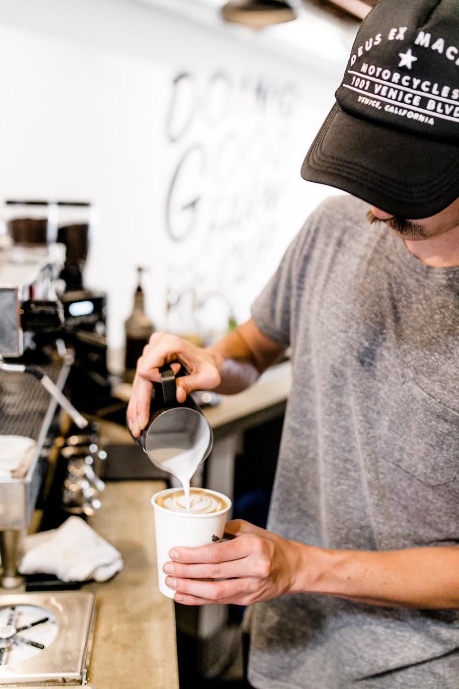 """OB Beans ocean beach """"largeur ="""" 912 """"height ="""" 1368 """"/> </p> <p> Langstaff, originaire d'Hawaï, opérera le site Wailua Shave Ice indépendamment du café Wailua Shave Ice est basé à Kauai et a un deuxième emplacement de détail à Portland, Oregon. L'emplacement de OB Beans sera le troisième général et premier de la société en Californie. </p> <p> Les cafés grillés de l'entreprise sont maintenant broyés sur un Mahlkonig K30 Twin pour l'extraction sur une machine à expresso classique de café La Marzocco à 2 groupes. La presse française, que Nease a comparée à un pichet de bière dans sa livraison, est la méthode de mise au point pour les options brassées. </p> <p> """"Si vous commandez un Pichet de bière, il favorise la communauté et la conversation entre amis """", a déclaré Nease."""" Nous faisons la même chose avec notre presse française. Nous vous l'avons préparé prêt à partir, et vous les versez à la table. """"</p> <p> <img data-attachment-id="""