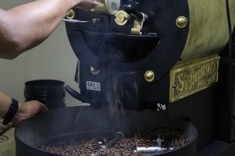 """Projet Diaz Coffee """"width ="""" 1240 """"height = """"827"""" /> </p> <p> Fondée il y a trois ans avec la directive principale d'importation et de vente de haricots de la ferme du grand-père de fondateur Fernando Diaz à Oaxaca, au Mexique, la société vend également des origines simples et des mélanges dérivés d'une variété de pays producteurs. Proyecto espère donner des bénéfices à une seule ferme """"projet"""" à la fois, pour financer à la fois des améliorations ponctuelles et des investissements continus pour aider cette ferme à atteindre de nouveaux critères de référence pour la qualité et la durabilité générale. Jusqu'à présent, la ferme du projet continue d'être la ferme familiale Diaz, mais éventuellement la société a l'intention de se concentrer sur un autre partenaire agricole. </p> <p> """"Nous ne prévoyons pas de changement d'orientation pour deux à trois ans"""", a déclaré Fernando Díaz à Daily Coffee News. """"Je dirais que nous sommes à peu près à la découverte du terrain."""" </p> <p> <img data-attachment-id="""