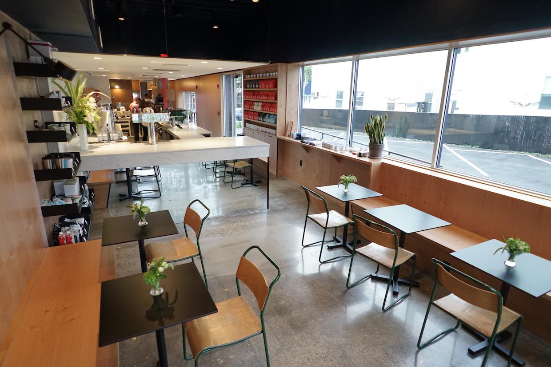 """Intelligentsia Boston """"width ="""" 1240 """"height = """"827"""" /></p></noscript><p> La Forge Baking Company, basée à Boston, propose des pâtisseries fraîches, et le nouveau magasin offre également une fonctionnalité de «table du chef», où les brasseries manuelles, y compris V60, Chemex, Cafe Solo et Kalita Wave, sont réalisées dans un cadre plus intime et interactif entre les baristas et Les clients. L'intérieur du café, conçu par l'entreprise Bestor Architecture de Los Angeles, est destiné à refléter l'histoire industrielle de Watertown avec une combinaison de béton frais et d'éléments en bois chaud et naturel.</p><p> <img data-attachment-id="""