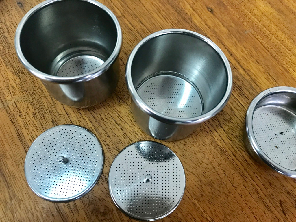 """cafelat robot espresso maker """"width ="""" 1024 """"height ="""" 768 """"/> </p> <p> Le développement sur la machine a commencé en janvier 2015, et au moment où il a obtenu son Lost-In-Space Quelques mois plus tard, il était plus ou moins fini, sauf quelques petits ajustements. Le plus grand défi, selon Pratt, était le processus de fabrication d'un panier de filtre de 58 millimètres de diamètre, mais aussi de 60 millimètres de profondeur Pour doubler la totalité de la chambre de brassage. </p> <p> """"L'équipement moderne de fabrication de production en série ne leur permet que de faire des paniers d'environ 30 millimètres. Essentiellement, vous avez seulement deux sociétés principales de panier dans le monde, et ils font tous les Paniers de filtre pour tous """", a-t-il déclaré."""" Il était vital pour le projet que nous avions un panier professionnel moderne, pas un fabriqué par une usine de cuisine, si vous savez ce que je veux dire. J'ai regardé l'utilisation de paniers sur le marché Et en ajoutant une chambre de brassage, mais il s'est compliqué très rapidement Et a vaincu le génie simpliste du design. À la fin, notre patience a payé, et la société que nous voulions faire a eu un moment de silence dans leur horaire et a accepté de le faire. Après avoir payé les frais d'outillage, nous avons eu des échantillons étonnants disponibles dans 10 jours – bien vaut les 18 mois que nous avons passés à faire pivoter nos pouces! """"</p> <p> Une deuxième conception pour le panier de filtre sera également disponible avec un mécanisme de pressurisation Pour les fans de l'italien et d'autres styles de café pré-broyé, sous vide, ou, comme Pratt les a appelés, des «briques de ce supermarché». </p> <p> «Bien sûr, nous voulons souligner que le sol frais Le café est la clé, mais le Robot fait un excellent travail pour faire une bonne boisson de ces types de cafés """", a déclaré Pratt. """"Si nous pouvons diriger les gens loin des machines à capsules en plastique qui finissent dans les décharges, cela ne peut """