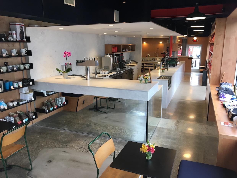 """Intelligentsia Boston """"width ="""" 1240 """"height ="""" 930 """"/></p></noscript><p> La société continue de chercher de nouvelles opportunités d'expansion commerciale dans des villes américaines supplémentaires, ainsi que d'autres possibilités dans son existence Chicago, Los Angeles et maintenant les marchés de Boston. Le bar à café Intelligentsia Watertown ouvert au public le 19 juillet.</p><p> <img data-attachment-id="""