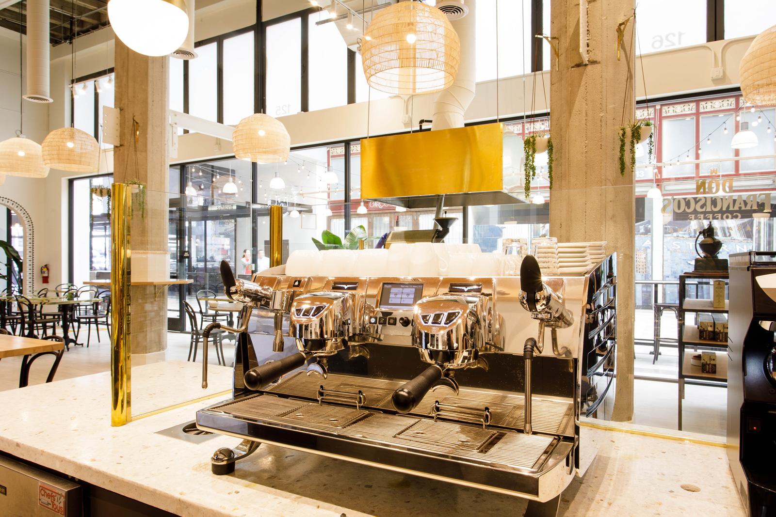 """La maison cubana de Don Francisco au centre-ville de Los Angeles """"width ="""" 1600 """"height ="""" 1067 """"/> </p> <p> Les cafés spéciaux à microlot seront rôtis en magasin sur Probat Probatino pour être vendus exclusivement à la Café, soit par la demi-livre en forme de haricots entiers, soit préparé par la tasse via Curtis Séraphins, broyé par un broyeur de laboratoire Ditting. </p> <p> <img data-attachment-id="""