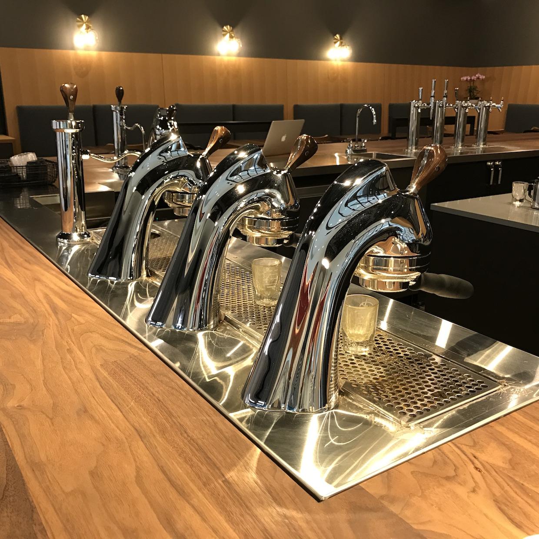 """modbar """"width ="""" 1240 """"height ="""" 1240 """"/> </p> <p> Le fournisseur de café spécialisé et de desserts fins est le premier magasin à ouvrir dans le dernier développement haut de gamme de Bellevue, dirigé par le professionnel du café Sarah Doud et le chef des confiseries de renommée mondiale, le chocolatier et l'auteur Ewald Notter. Notter a publié six livres sur le thème du chocolat et de divers arts du sucre, et a déclaré à Daily Coffee News qu'il était ravi d'étendre ses connaissances dans le domaine du café spécialisé. </p> <p> """"C'est très semblable au chocolat, et c'est passionnant de travailler avec du café et du chocolat"""", a-t-il déclaré. """"Je suis sûr que nous trouverons des recettes intéressantes pour accomplir cela."""" </p> <div id="""