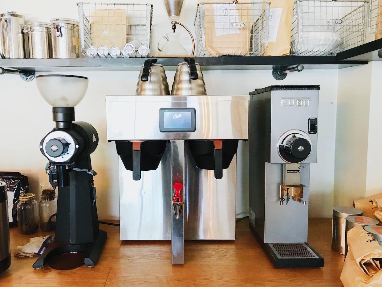 """Indah Coffee Columbia SC """"width ="""" 1240 """"height ="""" 930 """"/> </p> <p> L'espace de 4500 pieds carrés dans un bâtiment de l'époque des années 1940 permet à la compagnie de café de louer un 200 – une partie de pied carré à un salon de coiffure, tandis qu'une grande pièce reste pour l'embouteillage Indah, l'entreposage vert, la salle de vaisselle et le roastery qui est actuellement centré sur son SF6 original de San Franciscan et sera joint ce mois-ci par un plus grand 10 -kilo North machine </p> <p> """"C'est vraiment fantastique"""", a déclaré Josh Blanchard, le directeur de Indah Cafe, à Daily Coffee News. """"Nous étions en train de rôtir essentiellement un hangar extérieur reconverti, ce qui faisait tout ce qu'il y avait Vous pouvez penser. Pour avoir un tel espace est incroyable. C'est le plus grand espace dédié au café dans les Midlands. """"</p> <p> <img data-attachment-id="""