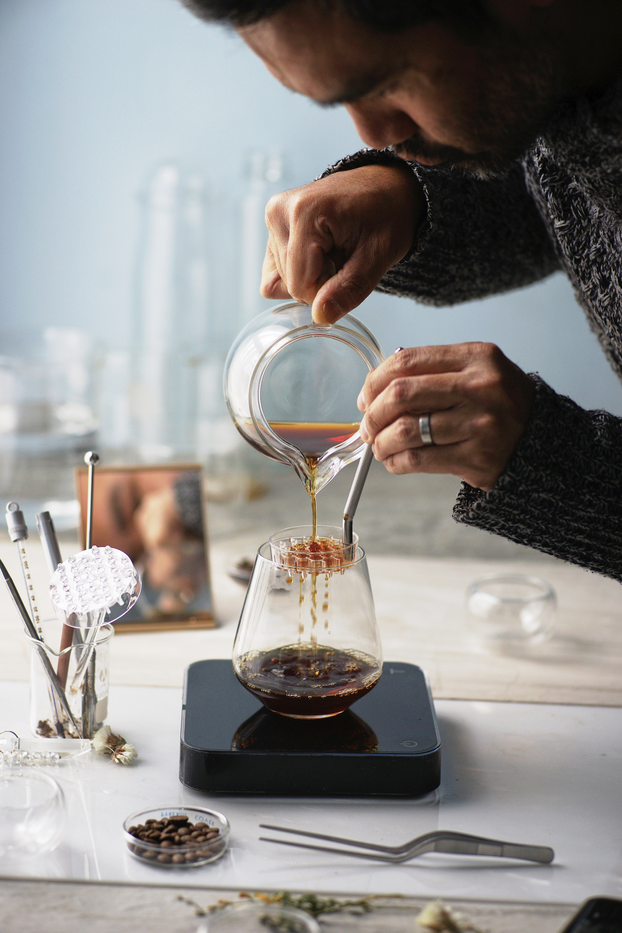 """Outil de café Melodrip """"width ="""" 1240 """"height ="""" 1860 """"/></p></noscript><p> L'outil Melodrip est essentiellement comme un écran de douche pour le brassage de pourover; un plat de dispersion à poignée fait de clair Le plastique Tritan qui diffuse le flux singulier et relativement lourd d'une bouilloire dans une série de dribbles très doux. L'utilisateur tient le Melodrip aussi près du café que possible et le déplace tout en versant l'eau sur celui-ci, ce qui facilite même la saturation avec un Un minimum de perturbation.</p><p> Le but du Melodrip n'est pas de mettre le kibosh en agitation tout à fait, mais plutôt de le contrôler. Le problème avec la turbulence incidente, selon le développeur de Melodrip Ray Murakawa, est la """"décharge de particules"""" """", C'est-à-dire de minuscules microfines qui peuvent ensuite passer par n'importe quel filtre, y compris les filtres en papier. La coupe suivante n'est pas aussi claire que possible, ce qui provoque ce que Murakawa – qui est nouveau dans la sphère professionnelle du café, mais un dépositaire analytique tout au long de la vie Ee de la brasserie – se caractérise par «blocage des récepteurs», un revêtement de ces microfines sur le palais du buveur qui bloque ou perturbe la perception de l'ensemble des spectres et des composés présents dans le café.</p><p> <img data-attachment-id="""