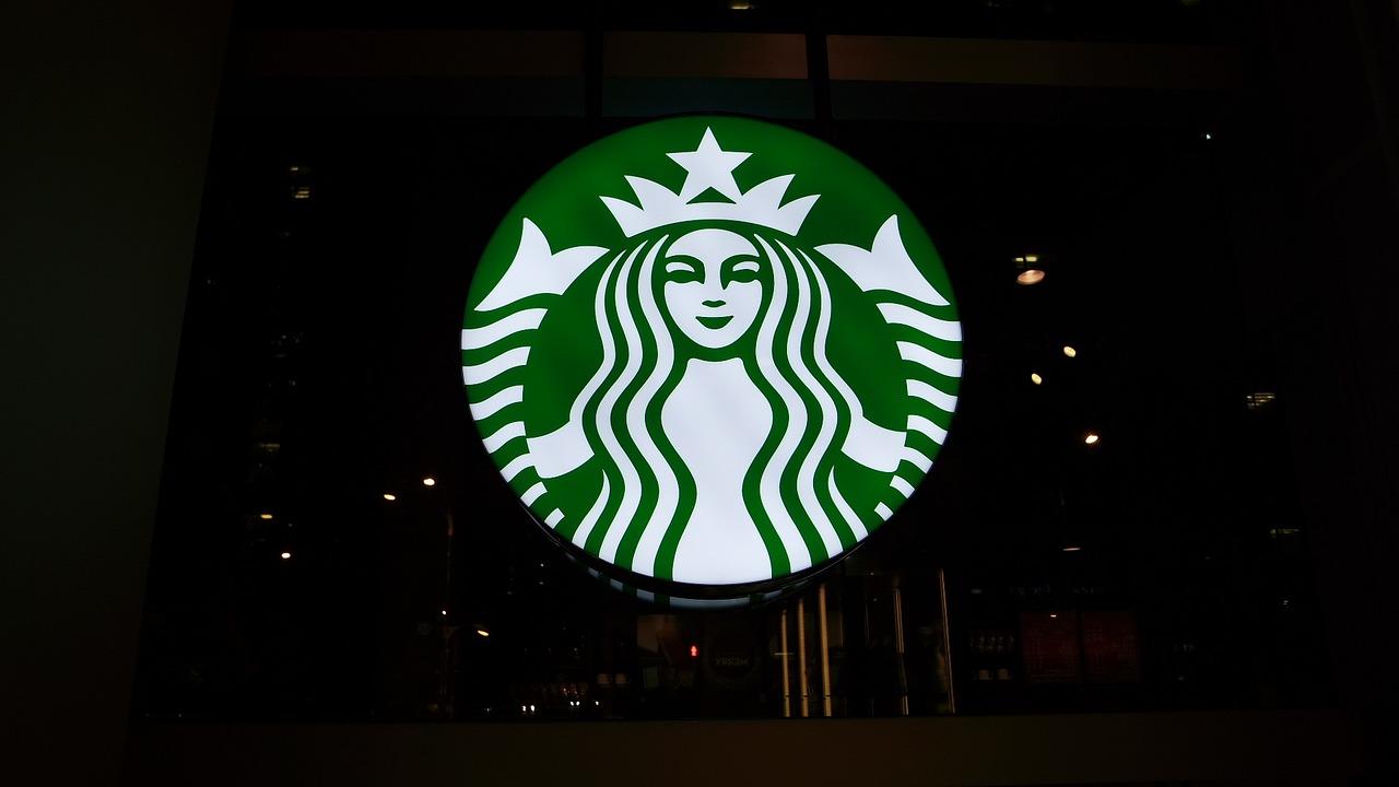 """Starbucks logo store """"width ="""" 1280 """"height ="""" 720 """"/> </p> <p> Starbucks , La plus grande chaîne de café corporative au monde, appelle les partenaires de ses collaborateurs. Que vous voyiez cela avec le cynisme ou l'admiration, l'intention est claire: inculquer aux employés un sentiment d'appartenance à une équipe plus grande avec des valeurs partagées et Responsabilités. </p> <p> Pour l'année écoulée, un partenaire de longue date de Starbucks a donné une voix courageuse aux partenaires qui pourraient ressentir leurs préoccupations au quotidien car les employés ne sont pas correctement traités au niveau de l'entreprise. Jaime Prater , Un partenaire de Starbucks du sud de la Californie qui déclare qu'il a été à la société pendant 10 ans, l'année dernière a mené une requête de coworker.org traitant de ce qu'il a perçu comme des coupures de main-d'œuvre mortelle. La pétition, qui a rassemblé Plus de 18 000 signatures, a déclaré: </p> <blockquote> <p> Notre objectif est simple. Nous voulons que Starbucks Corporate écoute ce que nous devons dire et comprenons que les pratiques de travail actuelles font du moral dans les magasins corporatifs. Les baristes ressentent la force des réductions de main-d'œuvre et le sous-emploi brut en raison de la nouvelle norme. Nous comprenons que les entreprises doivent être rentables pour survivre, nous l'obtenons. Ce qui se passe actuellement, c'est l'une des coupures de main-d'œuvre les plus extrêmes dans l'histoire de Starbucks. </p> <p> Le moral est le plus bas que j'ai vu dans mes près de 9 ans de service avec Starbucks. Les clients se sentent le plus, de n'importe qui. </p> </blockquote> <p> La pétition traitait largement la couverture médiatique ainsi que l'attention de Starbucks. Le chef de la direction et le visage d'entreprise de la société, Howard Schultz et d'autres hauts responsables, ont parlé avec Prater pour discuter de ses préoccupations, et la société a rapidement dépassé les salaires, a doublé les prix des actions et a"""