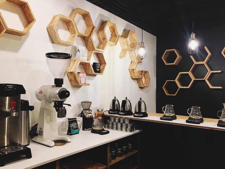 """Strange Matter Coffee Lansing """" Width = """"1240"""" height = """"930"""" /></p></noscript><p> Nader a déclaré qu'ils utiliseraient la même formulation d'eau pour l'espresso et pour le brassage, et utiliseront ensuite cette même formulation lors de la prochaine boulangerie de l'entreprise, Sa recherche a indiqué qu'une composition similaire d'eau profite à la fois au café et aux pâtisseries.</p><p> La boulangerie fait partie du prochain grand mouvement de Strange Matter, car il envisage de déménager de son espace original de 1 000 pieds carrés et dans un espace environ deux fois plus grand dans le tout nouveau bâtiment construit à travers la rue.</p><div id="""