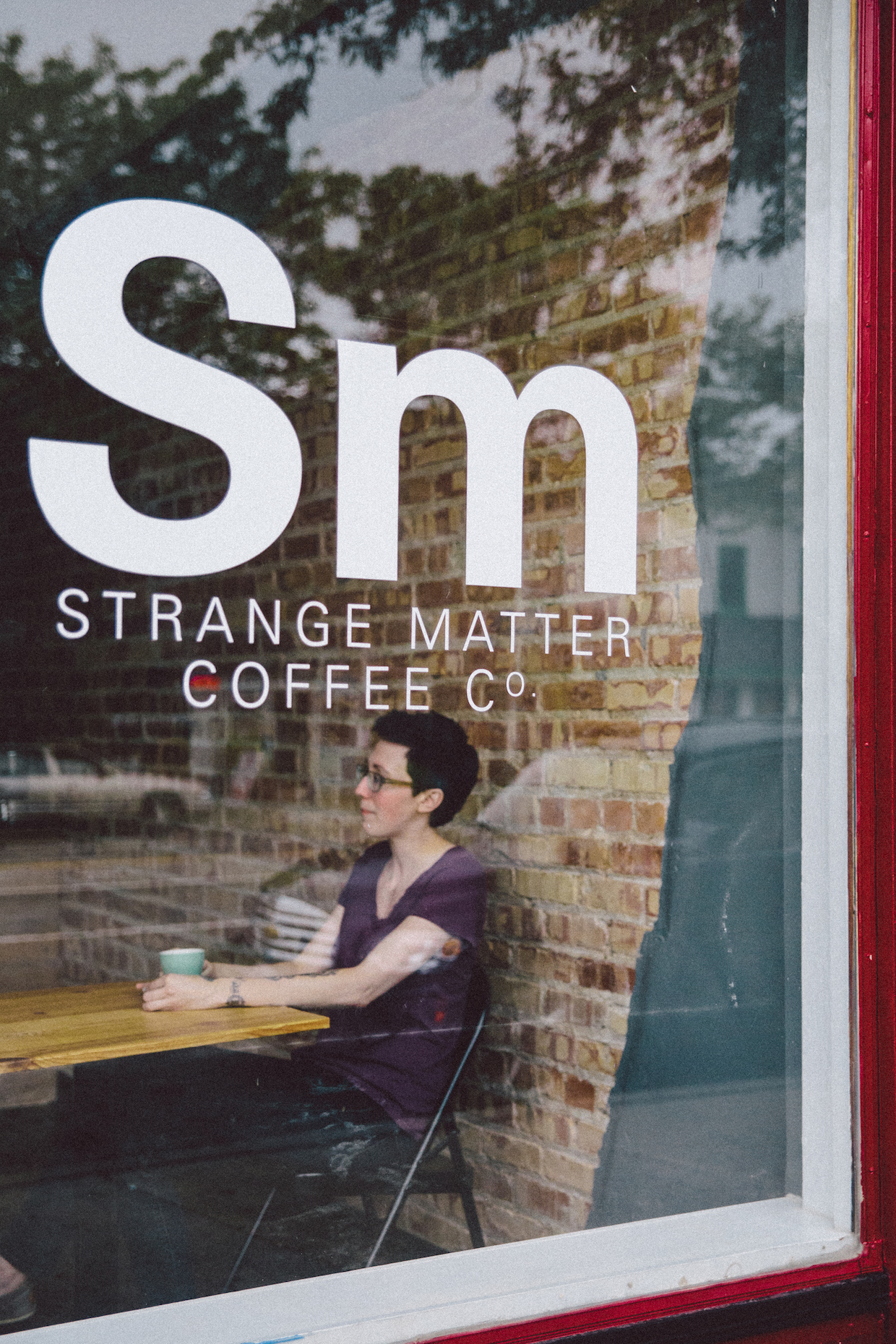 """Strange Matter Coffee Lansing """"width ="""" 1240 """"height ="""" 1860 """"/> </p> <p>"""" J'espère que je peux juste faire du café pour les gens. Je sais que cela semble étrange, mais j'ai J'ai été un barista pendant une décennie et je veux juste faire du café pour les gens """", a déclaré l'ancien barista compétitif et Great Lakes Barista Guild Chapter Representative qui a subi de multiples chirurgies ces dernières années en raison d'une blessure au poignet due en partie à la pression répétitive D'une vie en espresso. </p> <div id="""