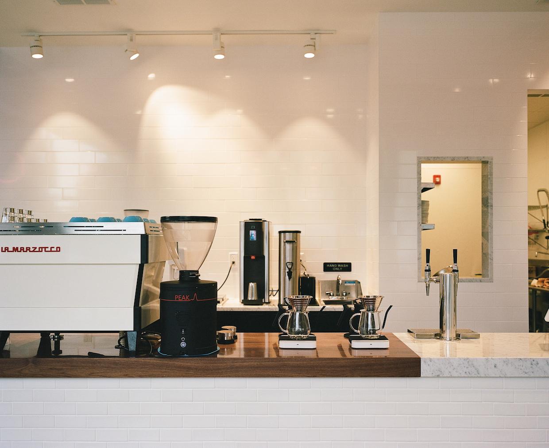 """Broadsheet cafetières cambridge boston """"width ="""" 1240 """"height ="""" 1012 """"/></p></noscript><p>"""" Je ne suis pas prêt à cuire l'acidité de nos offres espresso, donc pour notre base Espresso, je choisis des cafés qui sont intrinsèquement très bien équilibrés – des notes de basse fortes, des goles de douceur et de corps – mais avec assez d'acidité pour être intéressant """", a déclaré MacDougall."""" J'avais prévu un peu de poussée des clients par rapport à Mes cafés plus légers et plus lumineux – disons-nous qu'il y a une longue tradition de rôtis plus foncés dans la région de Boston – mais nous avons été ravis de l'accueil presque excessivement positif que nous avons eu. »</p><p> Le programme alimentaire Broadsheet se développe bien Au-delà de ce qui est typique dans les cafés contemporains d'aujourd'hui, avec le petit-déjeuner, le brunch, le déjeuner et les produits au four – tous faits à partir de zéro avec des influences méditerranéennes et du Moyen-Orient – disponibles via un modèle de service hybride.</p><p> <img data-attachment-id="""