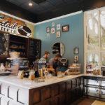 Le café de la queue de reniflée fait de la vente au détail avec de multiples nouveaux sites d'Orlando