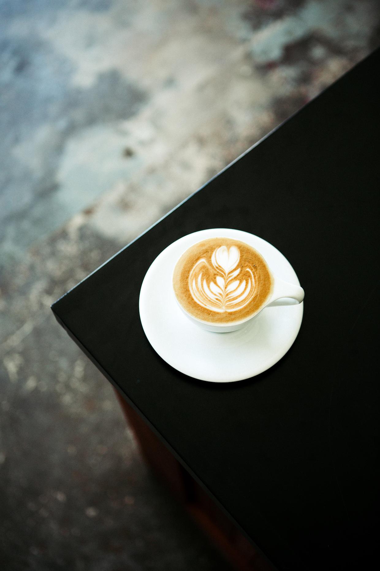 """Horizon Line Coffee Des Moines """"width ="""" 1240 """"height ="""" 1860 """"/> </p> <p> Passant à travers l'intérieur blanc brillant avec des accents de bois chauds et un mobilier minimaliste, les clients sont traités à la maison de HLC Les origines simples extraites dans les céramiques non neutres sur le groupe blanc La Marzocco Linea du magasin, un Craigslist, trouvent que Penna et Ho sont mis au courant avec un peu de TLC. </p> <p> Une paire de broyeurs Mahlkonig K30 et Un EK43 croque les produits pour expresso et brew respectivement, dont le dernier est réalisé sur une machine de traitement Fetco XTS ou dans une variété de méthodes manuelles qui comprend le goutteur de montagne de Kurasu, qui est un brasseur qui a lancé lui-même quelques années seulement </p> </p> <p> <img data-attachment-id="""