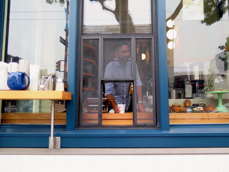 """Sightglass Coffee Divisadero """"width ="""" 1240 """"height ="""" 930 """"/> </p> <p>"""" Cet emplacement a beaucoup de trafic routier, il y a beaucoup de Les déplacements se produisent là … C'est un bloc de la Wiggle, """"Sightglass Cofffee Directeur du contenu Arlo Crawford a déclaré Daily Coffee News, se référant à une populaire route à vélo de San Francisco qui fait des zigzags dans plusieurs quartiers. Un certain nombre de lignes de bus occupées s'arrêtent également à proximité, et pour obtenir un café dans les mains des gens plus rapidement, le service de la nouvelle vitrine du magasin a son propre groupe dédié de La Marzocco Linea à 2 groupes, ouvrant un menu simplifié qui exclut les pourovers manuels. </p> <p> Pour le menu complet de lunetterie, boissons lentes et tous, les clients peuvent se promener parmi les travaux détaillés de tuiles, de bois et de métaux. Pourtant, pour tous les détails complexes, c'était le fondement et à l'origine de faibles plafonds dans le bâtiment de 1906 qui nécessitait un travail sérieux, ce qui faisait quatre heures de fabrication pour se conformer au code. </p> <p> <img data-attachment-id="""