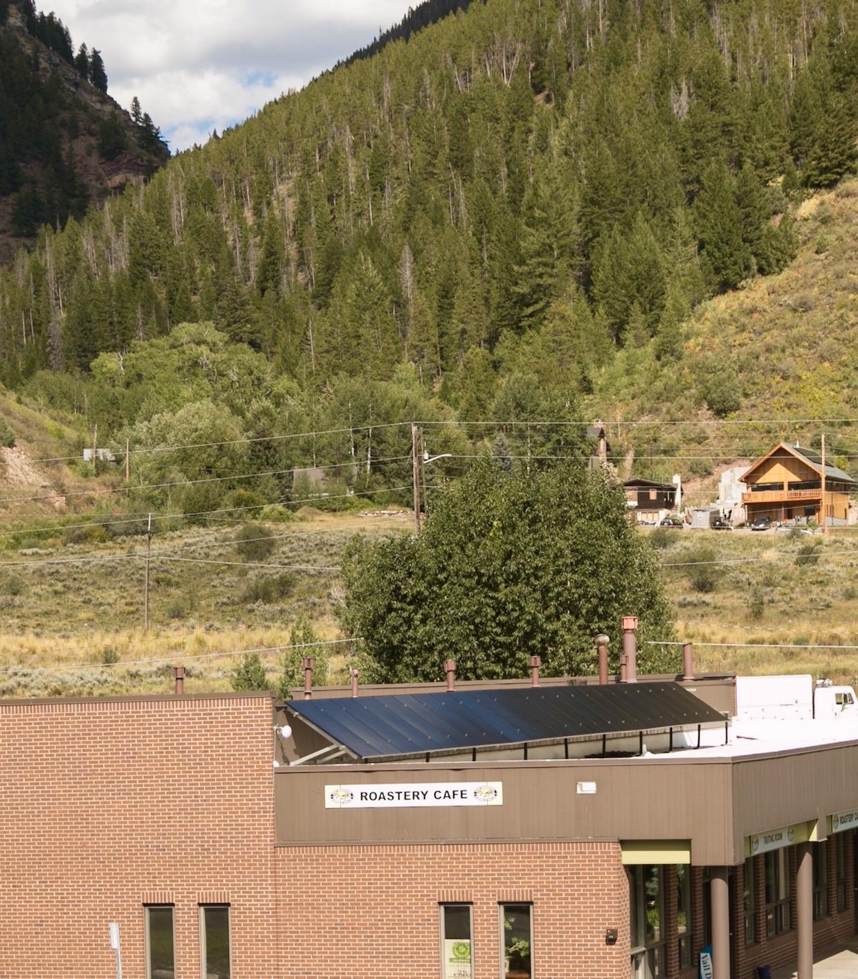 """Vail Mountain Coffee and Tea"""" width = """"1240"""" height = """"1414"""" /> </p> <p> Et c'est ainsi que ce mois-ci, dans une partie vitrée de 1300 pieds carrés du bâtiment de 7 150 pieds carrés, la société est propriétaire de Minturn, Colo., Le Vail Mountain Roastery Cafe est doux ouvert au public. Les stations à double modbar pourover émergent du comptoir sur lequel se trouve une machine à expresso Slayer de 2 groupes, avec un Mahlkonig EK43 et un Mahlkonig K30 Vario effectuant le broyage. Un brasseur de Bunn ICB est en service de lot, tandis qu'une paire de distributeurs d'eau chaude Bunn H5X émettent le sérum de trempage idéal pour un menu exceptionnellement vaste de 60 thés à feuilles entières. </p> <div id="""