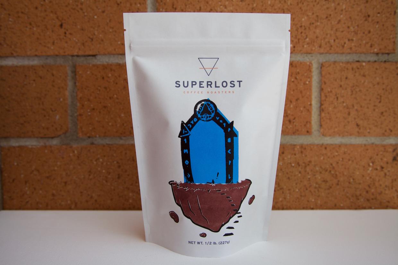 """superlost coffee new york """"width ="""" 1240 """"height ="""" 827 """"/></p></noscript><p> Le sac de café lui-même présente l'art original de l'artiste de bande dessinée Michael Zolla et chaque sac de Superlost Coffee vendu retourne 1 $ au producteur et 1 $ pour l'artiste, selon l'entreprise. Le supplément de 1 $ pour le producteur s'ajoute au prix du contrat, car Roa et Deahl ont déclaré qu'ils espèrent entretenir des relations durables avec chaque ferme ou coopérative individuelle à partir de laquelle ils source de leurs verts</p><p> """"Chaque rôti aura son propre profil unique qui met en évidence les saveurs qui sont indicatives de cette région"""", a déclaré Deahl. """"Notre objectif est d'aller directement dans les fermes et faire partie de la croissance et de la récolte, en évaluant le processus utilisé. Ceci est unique, car nous n'évaluons pas le café après sa récolte, nous sommes impliqués dans l'ensemble du processus, assurant un contrôle de qualité et une connexion intime avec le café et la tradition liés à cela. """"</p><p> <img data-attachment-id="""