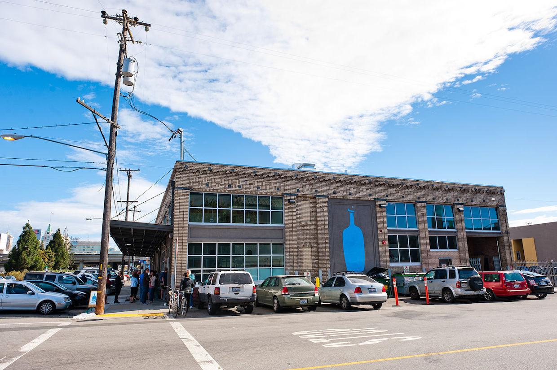 """Blue bottle cafe """"width ="""" 1240 """"height ="""" 825 """"/> </p> <p> acquérant une participation majoritaire dans Blue Bottle Coffee, basée à Oakland, l'une des sociétés pétrolières de café du mouvement «troisième vague» axé sur la qualité. </p> <p> L'investissement de Nestlé équivaut à une participation d'environ 68 pour cent dans l'entreprise, autour 500 000 $, selon un rapport du Financial Times. Ni Blue Bottle ni Nestlé n'ont divulgué les conditions financières de l'opération, même si tous deux ont annoncé aujourd'hui que la gestion actuelle de Blue Bottle restera en vigueur. </p> <p> Cette gestion comprend Bryan Meehan, qui restera en tant que PDG, </acronym> et le fondateur James Freeman, qui a lancé le roastery il y a 15 ans dans son garage d'Oakland et est maintenant chef de produit. </p> <p> L'entreprise – qui premier cha La participation de NGE en 2012 avec un investissement <a href="""