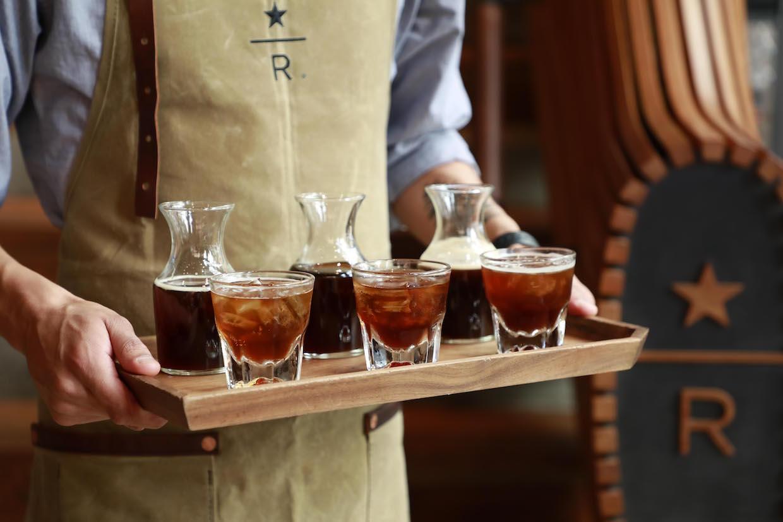 """Espresso pressé à l'air Starbucks """"width ="""" 1240 """"height ="""" 827 """"/> </p> <p> À son Roaster de réserve Emplacement à Seattle la semaine dernière, Starbucks a lancé une nouvelle gamme de boissons au café froide en fonction de ce qu'ils appellent «espresso pressé à froid», un nouveau type d'infusion froide fait rapidement sous pression en utilisant la technologie Aqua Tamp, brevetée en instance de brevet, développé en interne par les ingénieurs de R & D de Starbucks. </p> <p> Le processus de brassage innovant, que la société a également révélé, implique de l'eau à la température ambiante mélangée avec du café moulu grossier et imprégnée sous pression pendant environ 45 minutes puis filtrée vers le haut dans un système de filtration sous pression. </p> <p> L'objectif de la méthode, selon l'entreprise, était de trouver un moyen de produire un profil de saveur similaire à celui de leur brassage à froid traditionnellement imprégné, mais plus rapidement, d dans une forme plus concentrée qui s'est prêté à des rafraîchissements à base de café aromatisés qui incorporent des agrumes, de la soude et d'autres composants actuellement à la mode. </p> <p> <img data-attachment-id="""