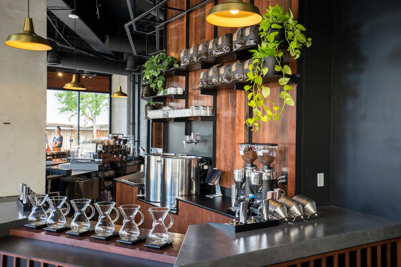 """Coava Coffee San Diego """"width ="""" 1240 """"height ="""" 827 """"/></p></noscript><p>"""" Nous avons réorganisé notre programme de thé et programme de préparation à froid avec San Diego à l'esprit """", a déclaré Felix-Lund de la sélection plus large de cafés froids du magasin de San Diego, y compris une option nitro, et des breuvages à une seule source pivotés plus fréquemment. Le magasin SD propose également des thés carbonatés et un programme alimentaire léger unique à l'entreprise.</p><p> """"En général, San Diego est la même plate-forme que nous offrons au public à Portland, où nous poursuivons sans cesse la qualité et soulignons le travail acharné des producteurs de café"""", a déclaré Felix-Lund, ajoutant que la société prévoit également d'ajouter une bière et Liste de vins sur le point SD. """"San Diego est un endroit merveilleux et nous aimons le terrain d'entente autour des boissons artisanales, en particulier de la bière, qu'il partage avec Portland.""""</p><p> <img data-attachment-id="""
