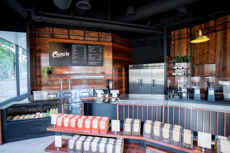 """Coava Coffee San Diego """"width ="""" 1240 """"height ="""" 827 """" /> </p> <p> Dans un espace au rez-de-chaussée de 2,155 pieds carrés situé à l'avant du Westin San Diego au centre-ville de San Diego, les moulins Mazzer Robur E de Coava crunch les marchandises pour les plans extraits sur un 3 de groupe modifié. Marzocco Linea EE couplé à une station de vapeur Modbar. Les moulins Mazzer Kony broyent pour Chemex pourovers préparés à l'aide des filtres ciment métalliques personnalisés de Coava, dont la dernière version de production sera bientôt mise en vente aux consommateurs. Batch brew est absent de la boutique SoCal, alors que le brassage à froid est fabriqué sur place à plus grande échelle que la société ne fait pour ses magasins Portland, en utilisant des unités en acier inoxydable de 30 gallons pour le trempage. </p> <p> <img data-attachment-id="""