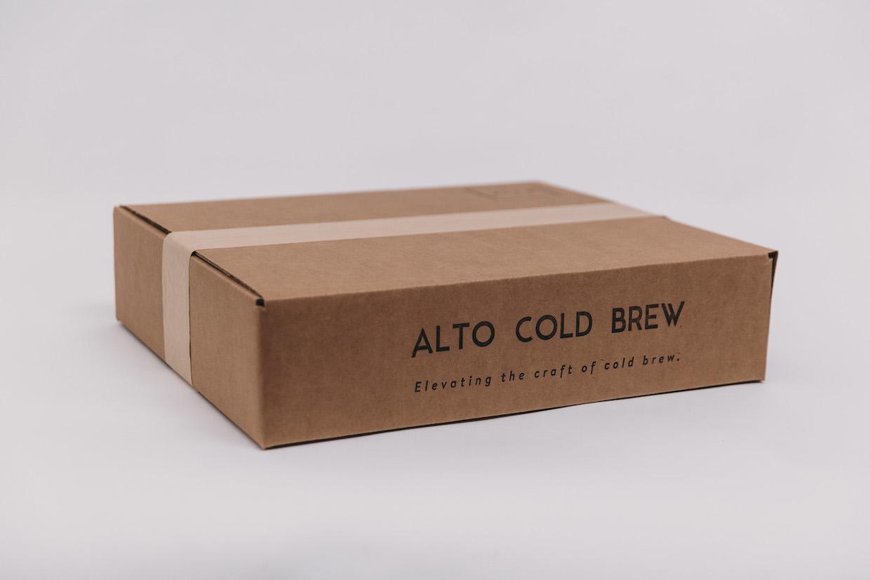 """Système de filtration à haute température froide du café """"width ="""" 1240 """"height ="""" 827 """"/></p></noscript><p> Bushman, un ingénieur civil par métier, reconnaît que l'immersion totale dans un sac de filtre est un seul Entre tant de façons de fabriquer de l'herbe à froid. Alors que Alto est entré sur le marché avec un sac de filtre à froid comme produit inaugural, l'objectif de l'entreprise n'est pas seulement d'améliorer la filtration et l'efficacité du froid, mais pour stimuler toute la catégorie de brassage à froid, et pour promouvoir son adoption par l'industrie comme la porte d'entrée potentielle au hot-off traditionnel que Bushman prétend que c'est.</p><p> """"C'est ce qui m'a conduit au café spécialisé"""", a déclaré Bushman, qui rappelle la préparation à froid comme son premier goût de café qui n'a pas exigé que les produits laitiers ou le sucre soient appréciables. """"La raison pour laquelle j'ai fait mon pourover ce matin, c'est parce que j'ai essayé de faire du froid et que cela m'a présenté"""" c'est ce que le café pourrait être """"et c'était le plus accessible moyen de combler ce fossé … Nous ne voulons pas être un filtre Si nous finissons par ne jamais vendre de filtres à un moment donné, nous souhaitons simplement faire l'objet d'une préparation à froid, de le développer et de faire partie de son développement. """"</p><p> <img data-attachment-id="""