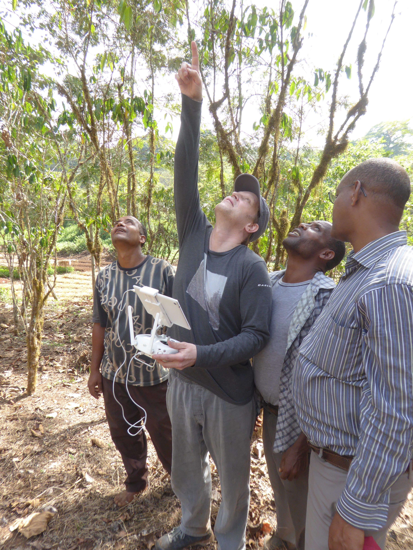 Le scientifique Justin Moat de Kew, utilisant la technologie des drones pour mesurer la production de café, dans le sud-ouest de l'Éthiopie. Image RBG Kew.