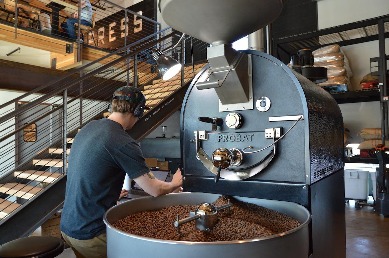 """Press-Coffee-Phoenix """"width ="""" 1240 """"height ="""" 827 """"srcset ="""" https://dailycoffeenews.com/wp-content/uploads/2020/02/Press-Coffee-Phoenix.jpg 1240w, https: // dailycoffeenews.com/wp-content/uploads/2020/02/Press-Coffee-Phoenix-300x200.jpg 300w, https://dailycoffeenews.com/wp-content/uploads/2020/02/Press-Coffee-Phoenix-620x414 .jpg 620w, https://dailycoffeenews.com/wp-content/uploads/2020/02/Press-Coffee-Phoenix-150x100.jpg 150w, https://dailycoffeenews.com/wp-content/uploads/2020/02/02 /Press-Coffee-Phoenix-768x512.jpg 768w """"data-lazy-tailles ="""" (largeur max: 1240px) 100vw, 1240px """"src ="""" https://dailycoffeenews.com/wp-content/uploads/2020/02/02 /Press-Coffee-Phoenix.jpg?is-pending-load=1 """"srcset ="""" data: image / gif; base64, R0lGODlhAQABAIAAAAAAAP /// yH5BAEAAAAALAAAAAABAAEAAAIBRAA7 """"/></p> <p>Alors que la gamme de notation SCA pour les offres typiques de café de presse s'est toujours étendue de 82 à 94, la nouvelle désignation est l'occasion de mettre l'accent sur les offres les plus exceptionnelles à un moment où l'expérimentation de traitement agronomique et post-récolte est en augmentation dans les régions caféicoles. à travers le monde.</p> <p>«Nous sommes très fiers de tous les cafés que nous apportons; cependant, nous trouvons parfois des cafés exceptionnellement bons que nous sommes ravis de partager avec nos clients », a déclaré le copropriétaire de Press Coffee, Alex Mason, au Daily Coffee News. «Lorsque nous avons ces cafés, nous voulons noter leur distinction de qualité en les séparant du reste de notre portefeuille.»</p> <p>La première allocation, mise en vente le 15 mars en paquets de 6 onces pour 26 $, provient d'une micro-usine du centre du Costa Rica dont le terrain s'étend de 1 300 à 1 600 mètres d'altitude. Dans un communiqué de presse, l'entreprise a décrit le café comme présentant une acidité équilibrée avec une texture soyeuse et des notes de vanille, de baies et de cerises.</p> <p><img data-attachment-id="""