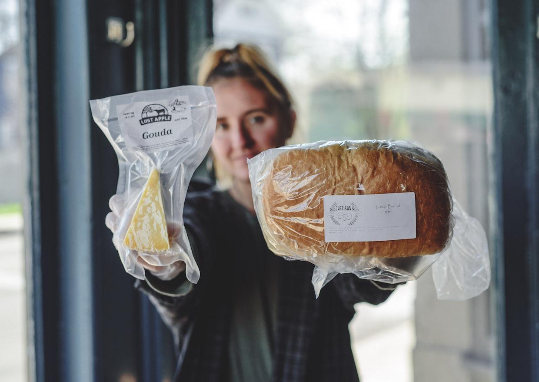articles d'épicerie avec Ghostlight barista - crédit photo Abby Hofrichter