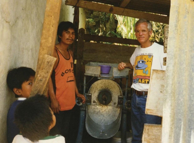 Rick avec un moulin à maïs communautaire, Oaxaca, Mexique 1999