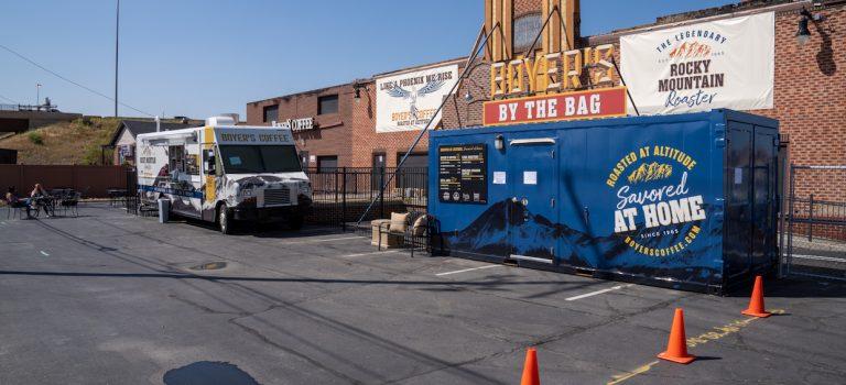 Boyer's Coffee lance un bar mobile à l'extérieur de la torréfaction détruite de Denver – Daily Coffee News by Capsules Café