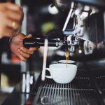Le café, le coronavirus et l'avenir incertain de la culture des cafés dans les grandes rues - Daily Coffee News by Capsules Café