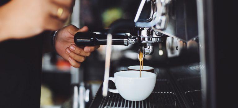 Le café, le coronavirus et l'avenir incertain de la culture des cafés dans les grandes rues – Daily Coffee News by Capsules Café
